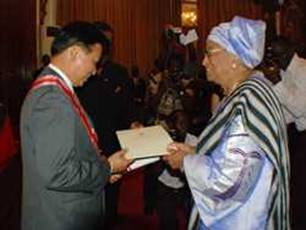 President Sirleaf honors outgoing Chinese  Ambassador Zhou Yuxiao