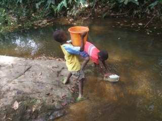 Ivorian Refugee kids in reach of drinking water