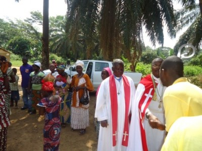 Bishop Seyenkulo warmly received by locals in one of the towns in Bong county