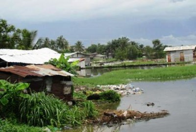 Garbage and structures along the Du River