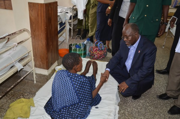 President Magufuli consoles a patient who has missed a bed at the Muhimbili National Hospital